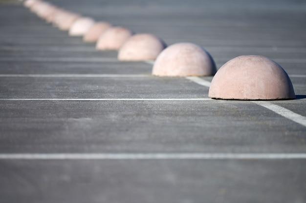 Бетонные полусферы парковочного ограничителя. защита от парковки. элементы для ограничения доступа в зону парковки и контроля движения транспортных средств