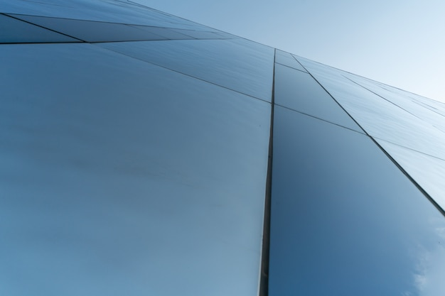 ショッピングセンターのミラー壁のデザイン、コピースペース。外装装飾のモダンな質感の底面図。建物の現代的なパターン。見上げる。