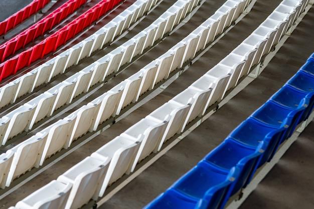 スタジアム席、フランスの国旗の色。ファンなしのサッカー、フットボールまたは野球スタジアムのトリビューン。