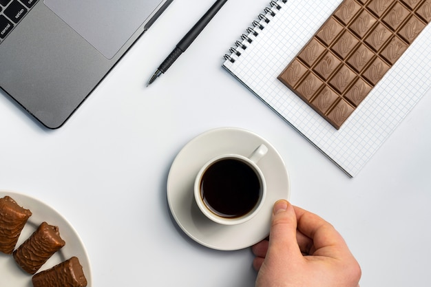 Закуски на работе, есть концепция укуса. ноутбук, конфеты