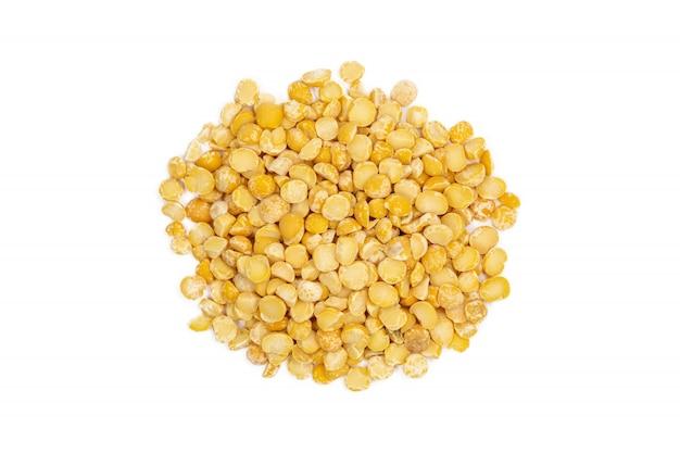 黄色分割乾燥エンドウ豆の束、分離、クローズアップ、マクロ、トップビュー。