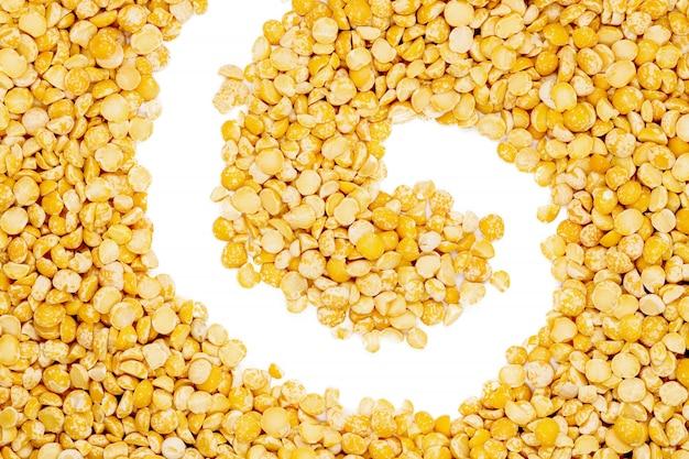 黄色分割乾燥エンドウ豆、スパイラル形状、クローズアップ、マクロ、トップビュー。