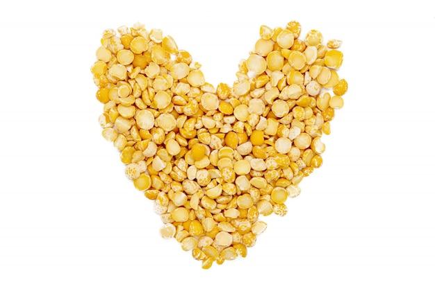 黄色分割乾燥エンドウ豆、ハート型、分離、クローズアップ、マクロ、トップビュー。