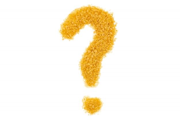 Желтый сахарный песок, изолированный вопросительный знак, конец вверх, макрос, взгляд сверху.