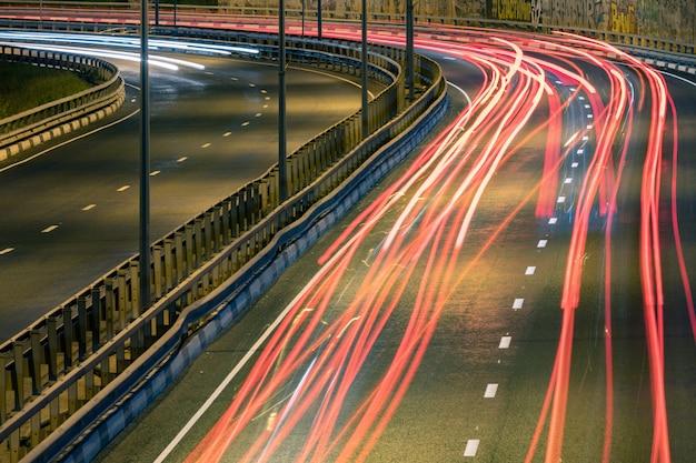道路の車の光の縞。夜間ライトペインティングストライプ。長時間露光の写真