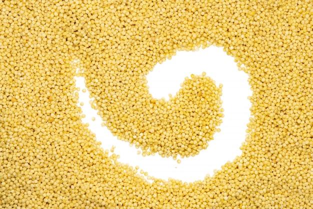 キビのひき割り穀物、螺旋形、クローズアップ、上面図。