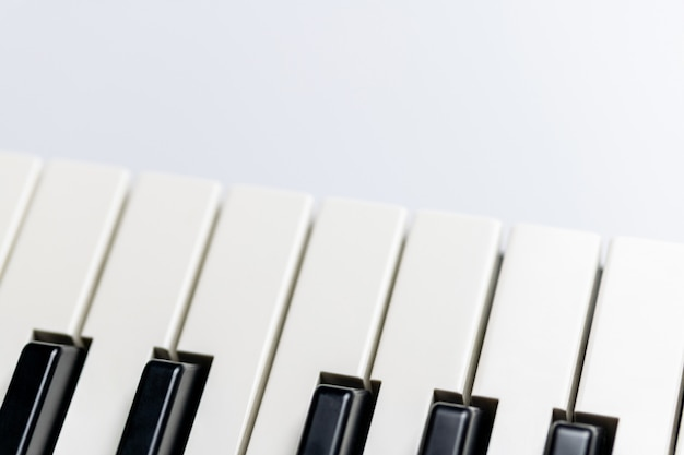 分離されたコピースペースとピアノの鍵。ピアノまたはシンセサイザーキーボード。