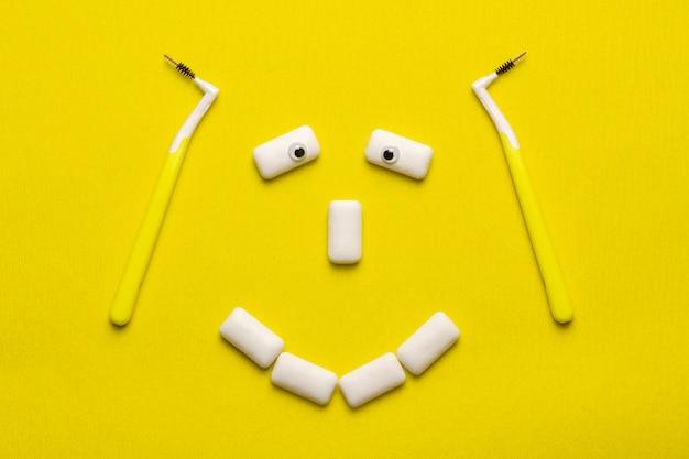 Концепция чистки брекетов с пусковыми площадками жевательных резинок смешной улыбки лицом.
