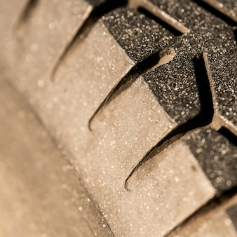 車両の古いトレッドパターン。車のホイールの磨耗により安全性が低下する