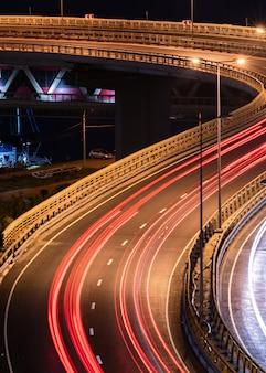道路の車の光の縞。夜間ライトペインティングストライプ。