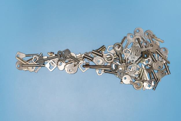 大きな鍵の概念の形をした鍵の束