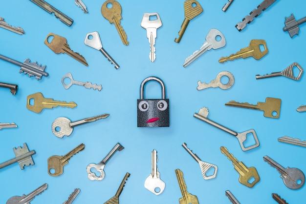 面白いロックの概念、青い背景に設定キー