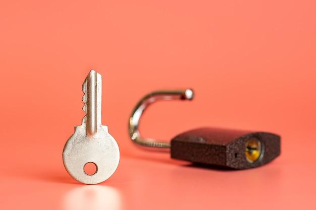 キーとオープン南京錠セキュリティハッキングのコンセプト