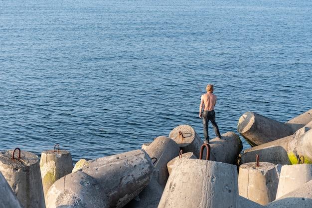 防波堤から釣り人、コピースペース。