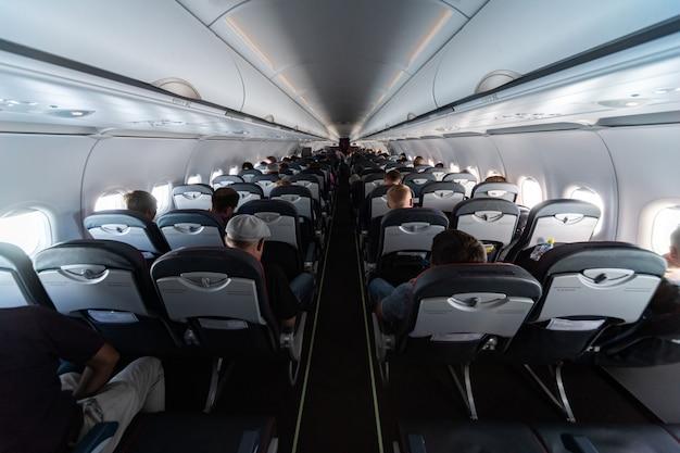 乗客と飛行機のキャビンの座席