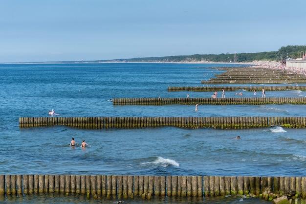 行楽客を天候と沿岸漂流の両方の影響から保護します。
