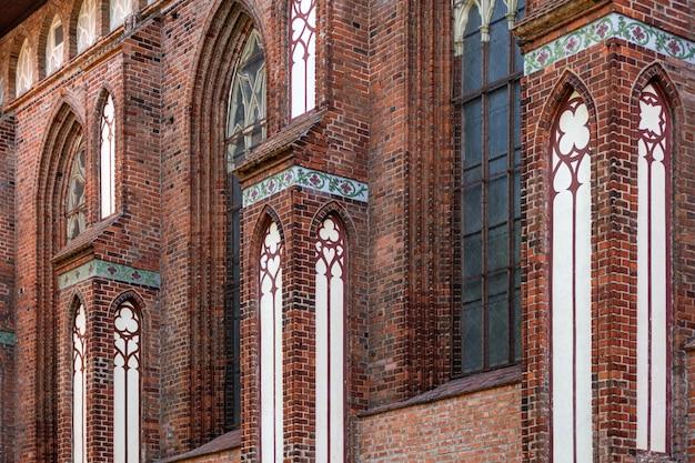 Архитектурные элементы, своды и окна готического собора. красные кирпичные стены. калининград, россия. остров иммануила канта.