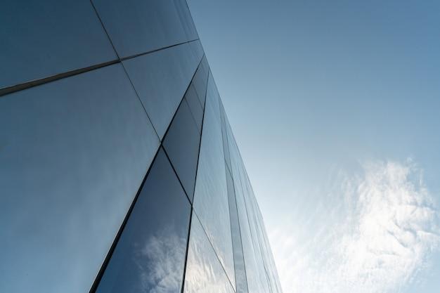 Современная зеркальная отделка стен бизнес-центра