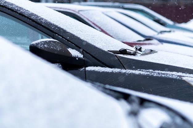 駐車場で雪に覆われた車