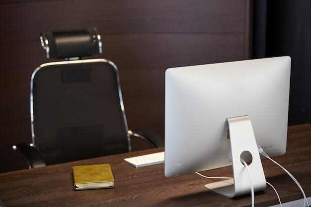 現代の職場。デザイナーのオフィス職場。生産的な作業のための最小限のデスクトップ領域。解雇。