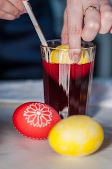 Процесс покраски пасхальных яиц пищевым красителем и растопленным воском. двойная роспись.