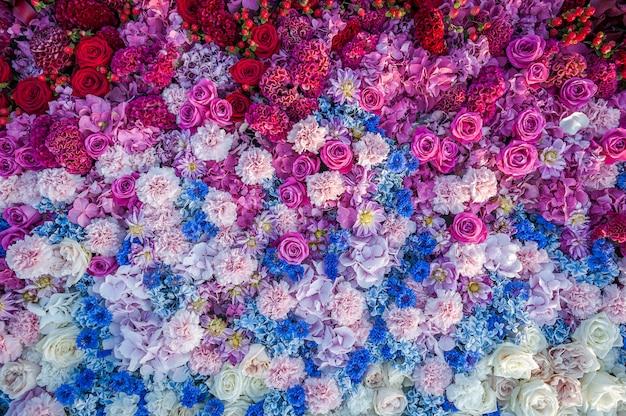 花の背景。バラ、ヤグルマギク、カーネーション、アジサイのフラワーアレンジメント。花壇、平面図、コピースペース。グレッティングカード、はがき。