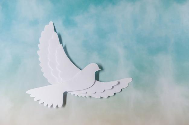 世界平和デーのグリーティングカード。白い鳩が飛んでいます。ミニマリズム