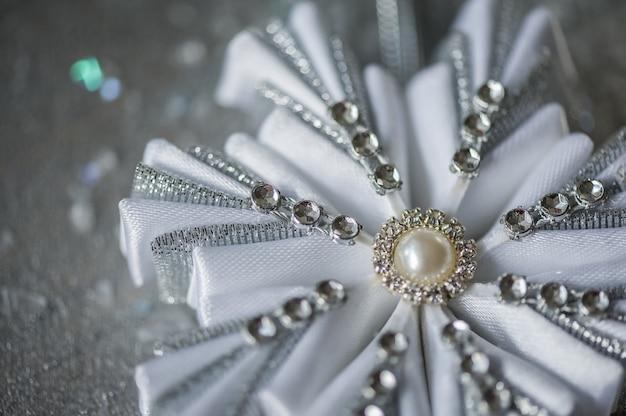 白と銀の雪の結晶をクリスマスの抽象的な背景