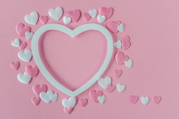 バレンタインデーのコンセプト。ピンクと白の心でグリーティングカード