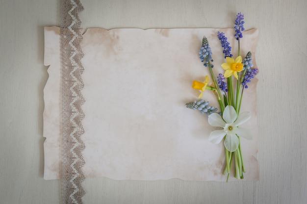 水仙と木製のムスカリの花の花束
