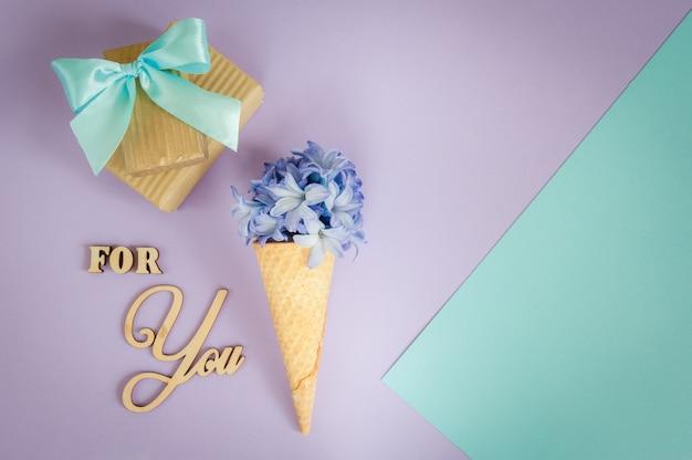 アイスクリームホーンまたは紫 - ヒヤシンスと紫 - ミントの背景にコーン。