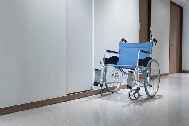 通路の車椅子