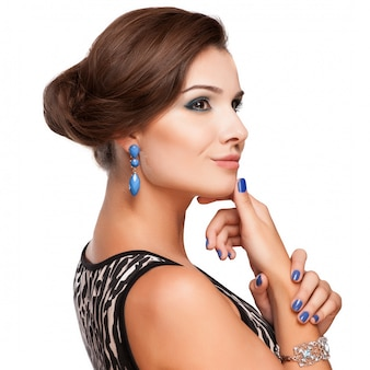 Красивая женщина с вечернего макияжа. ювелирные изделия и красота. мода фото