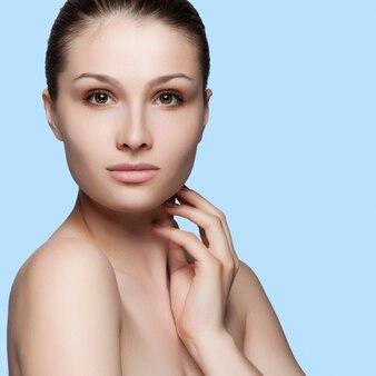 Красивое лицо молодой взрослая женщина с чистой свежей кожей - изолированные на белом