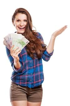 Молодая женщина с долларами в руках, изолированных на белом фоне