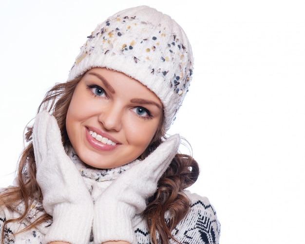 暖かい服のクローズアップの肖像画で美しい女性