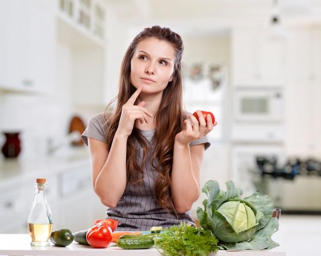 健康食品 - 野菜サラダ。ダイエット。ダイエットの概念健康的な生活様式。自宅で料理をする。