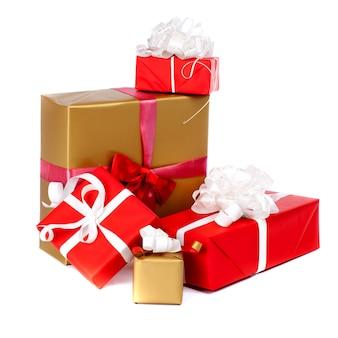 白で隔離され、赤い紙に包まれたプレゼントボックスの柱