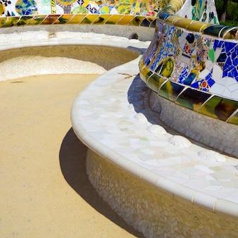 アントニ・ガウディ、バルセロナ、スペインによって設計されたグエル公園のカラフルなセラミックベンチの詳細。