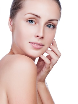 白の清潔でさわやかな肌を持つ若い成人女性の美しい顔