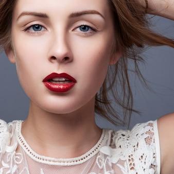 若い女性のクローズアップの肖像画
