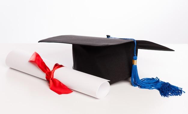卒業キャップと卒業証書