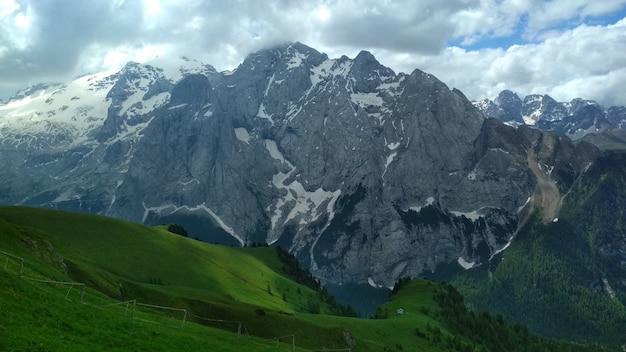 Отличный вид на вершину хребта кадини ди мизурина в национальном парке тре чиме ди лаваредо.