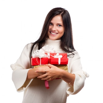 贈り物を持つ若い幸せな女