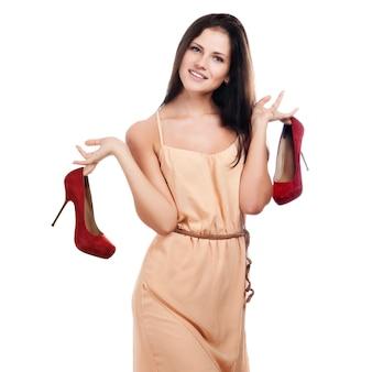 赤い靴を持つ若い女