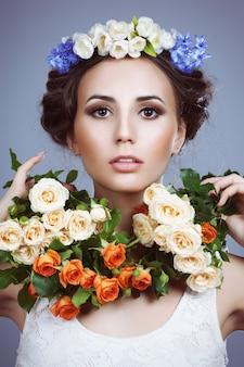彼女の髪に花を持つ美しい女性の肖像画。