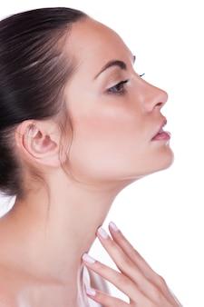 美しい女性が肌の首を気遣う
