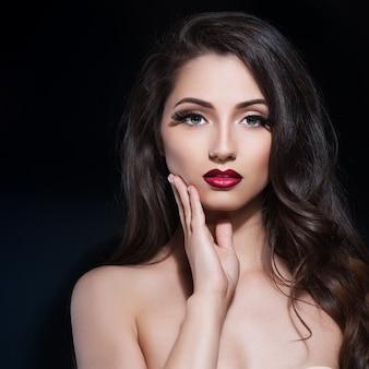 夜のメイクアップと美しい女性。