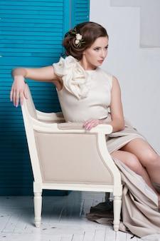 ゴージャスなドレスの若い美しい白人女性