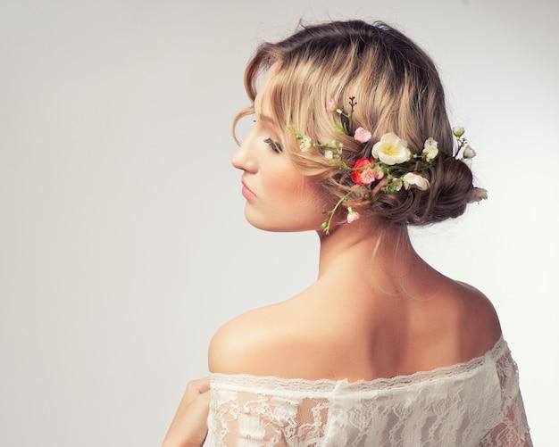 彼女の髪に花を持つ美しい少女